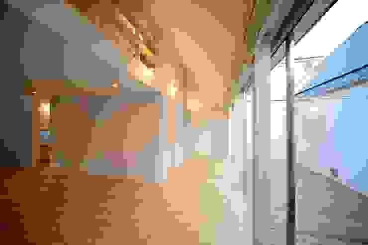 Salas de estilo minimalista de 星設計室 Minimalista