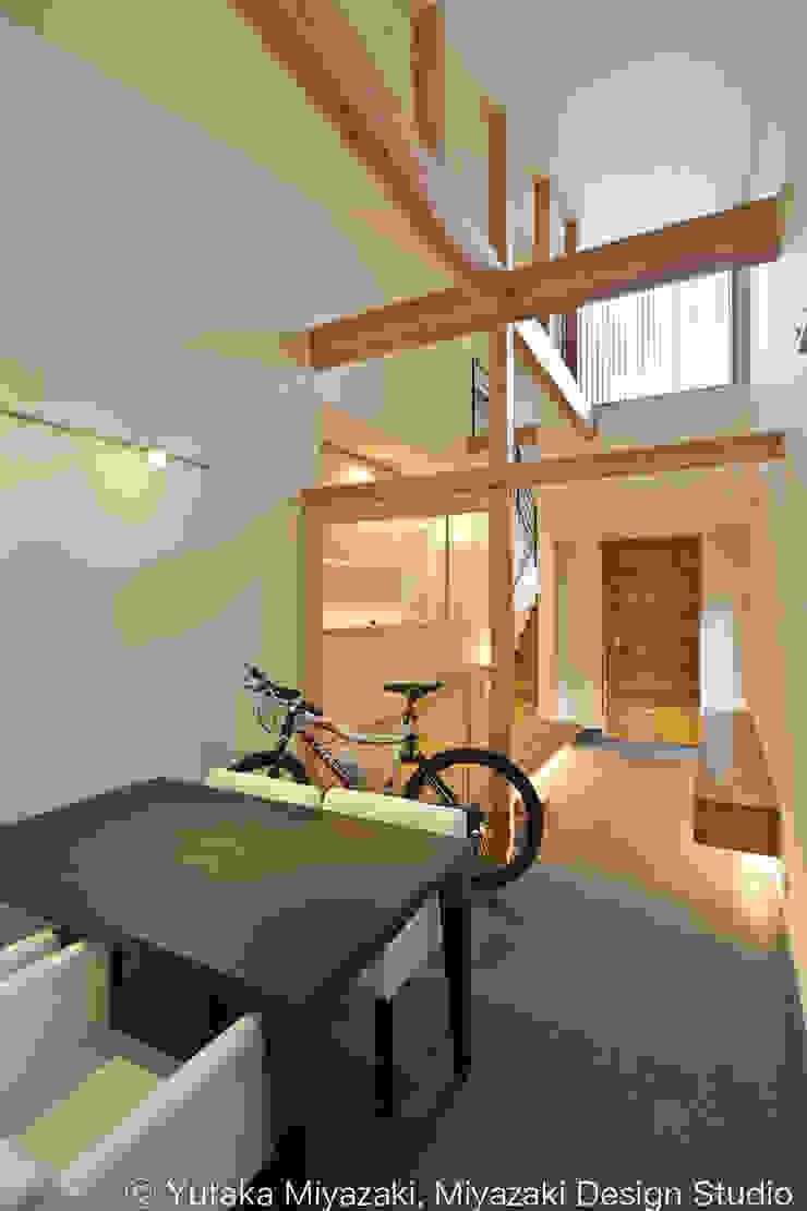 渡り廊下と屋根上デッキの家・エントランス土間スペース モダンデザインの 多目的室 の 宮崎豊・MDS建築研究所 モダン