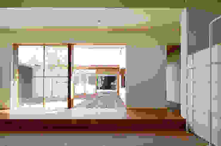 子供室よりダイニング方向を見る: 松原建築計画 / Matsubara Architect Design Officeが手掛けた子供部屋です。,モダン