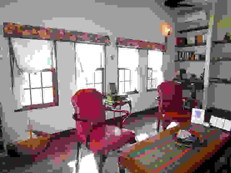 小窓のカーテンも重要!: DECORADOR デコラドールが手掛けた折衷的なです。,オリジナル