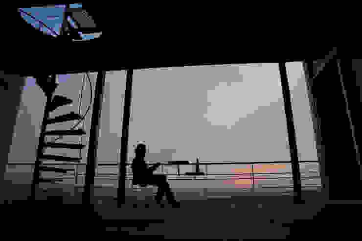 K-house 2階テラス 夕景: 株式会社 森本建築事務所が手掛けたテラス・ベランダです。,モダン