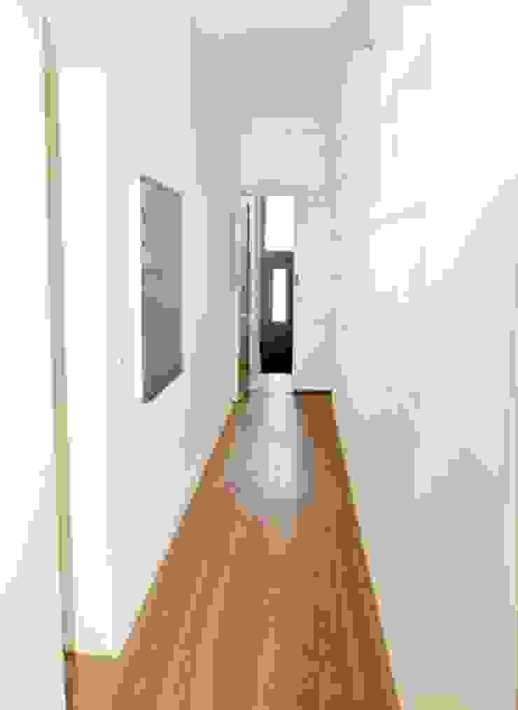 Reabilitação de Prédio Rústico em Carcavelos Corredores, halls e escadas minimalistas por adoroaminhacasa Minimalista