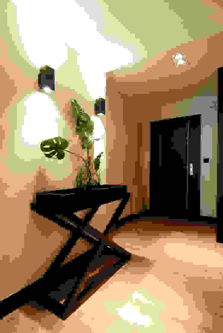 Decoración interior de vestíbulo en blanco y negro Pasillos, vestíbulos y escaleras de estilo moderno de Sube Susaeta Interiorismo Moderno