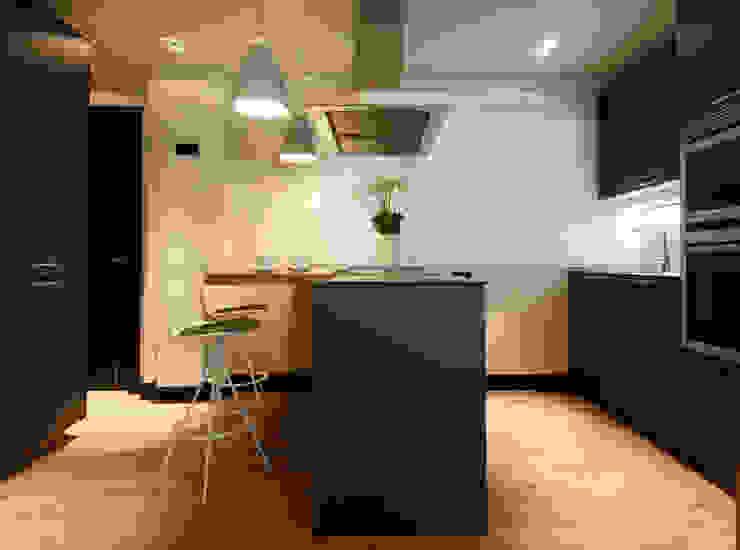 Decoración de casa moderna y actual para familia con niños Cocinas de estilo moderno de Sube Susaeta Interiorismo Moderno
