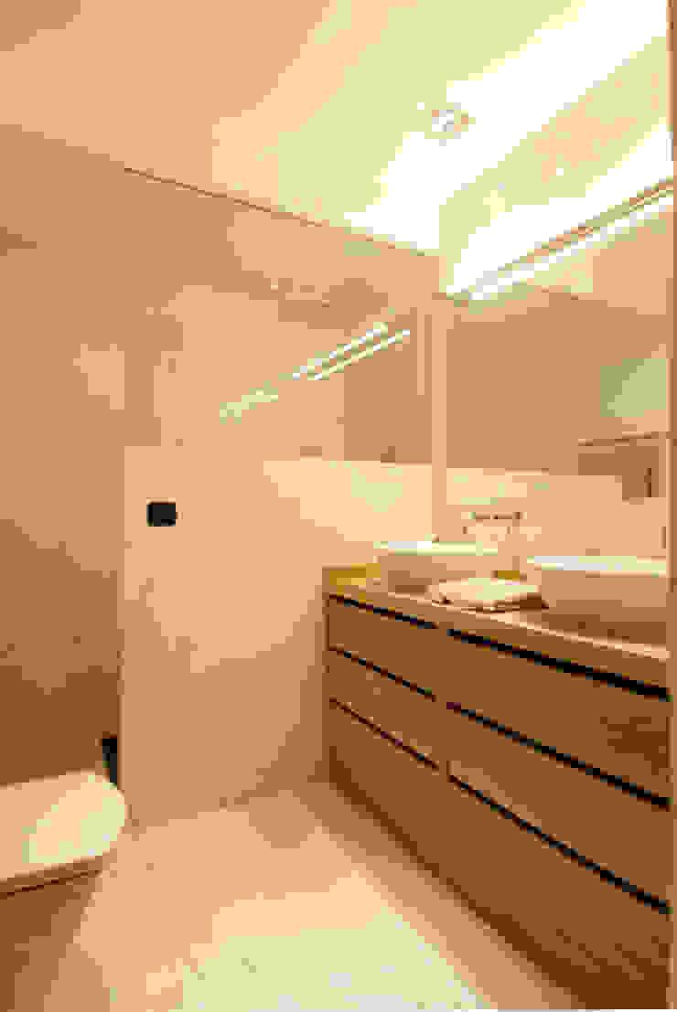 Decoración de casa moderna y actual para familia con niños Baños de estilo moderno de Sube Susaeta Interiorismo Moderno
