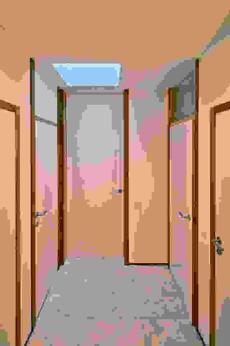 bellafilarquitectes Modern corridor, hallway & stairs