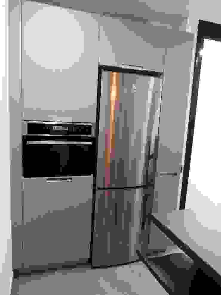 COCINA DE MJ&P. columnas Cocinas de estilo moderno de RENOVA INTERIORS Moderno