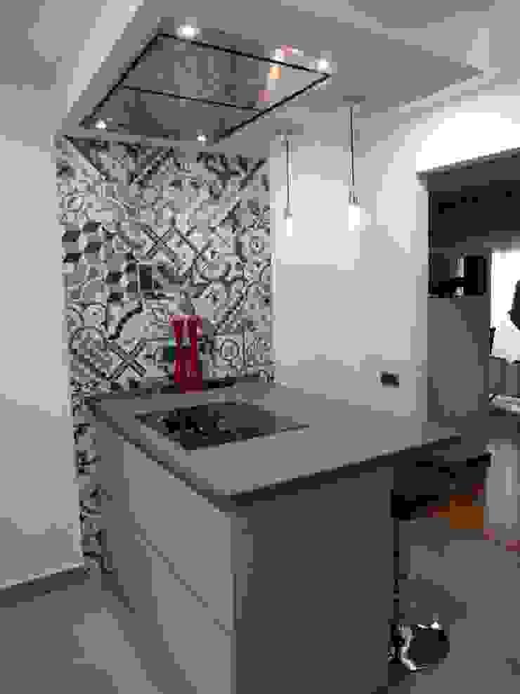 COCINA DE MJ&P. Isla Cocinas de estilo moderno de RENOVA INTERIORS Moderno