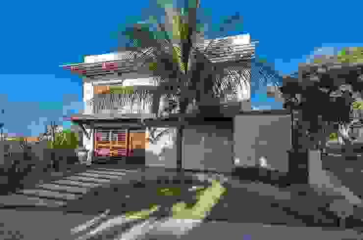 Fachada Jardins tropicais por Roncato Paisagismo e Comércio de Plantas Ltda Tropical