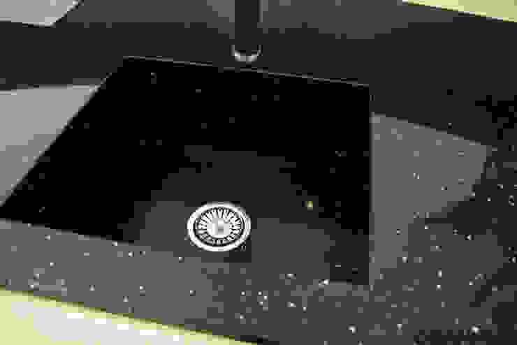 Zlew z konglomeratu kwarcowego Nero Stardust - GRANMAR Sp. z o. o. Nowoczesna kuchnia od GRANMAR Borowa Góra - granit, marmur, konglomerat kwarcowy Nowoczesny