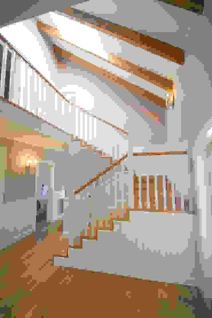 Distribuidor con escalera Pasillos, vestíbulos y escaleras de estilo clásico de Canexel Clásico
