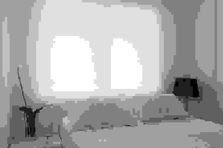 Lindoia Apartment Hình ảnh cửa sổ & cửa ra vào phong cách tối giản bởi Bibiana Menegaz - Arquitetura de Atmosfera Tối giản