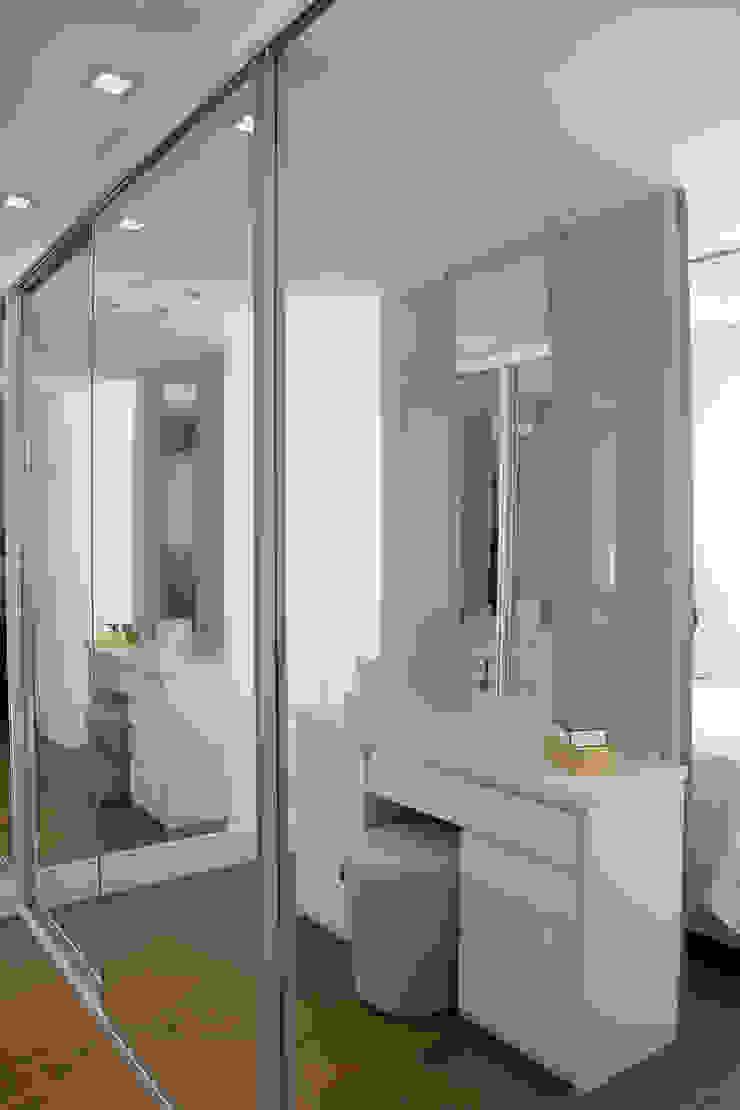 Lindoia Apartment Minimalist dressing room by Bibiana Menegaz - Arquitetura de Atmosfera Minimalist