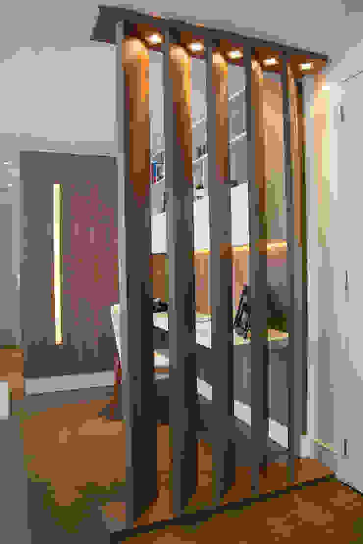 Lindoia Apartment Minimalist corridor, hallway & stairs by Bibiana Menegaz - Arquitetura de Atmosfera Minimalist
