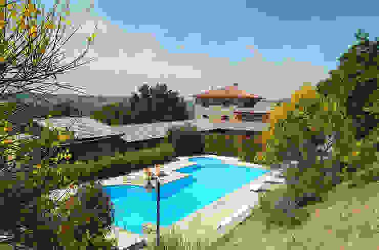 vista della piscina esterna Piscina in stile rurale di Studio di Bioarchitettura Brozzetti Adriano Rurale