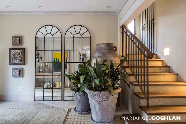 Corredores, halls e escadas modernos por MARIANGEL COGHLAN Moderno
