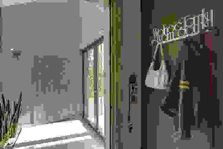 Modern corridor, hallway & stairs by Anna Kukawska - Architekt Modern