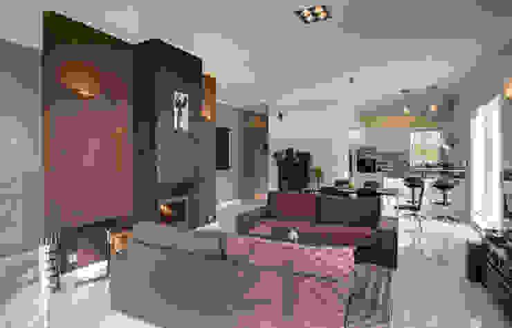 widok salonu z kominkiem dwustronnym: styl , w kategorii Salon zaprojektowany przez Anna Kukawska - Architekt,Nowoczesny