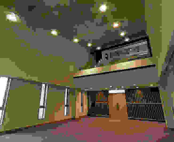 worship room-2: 南俊治建築研究所が手掛けた現代のです。,モダン