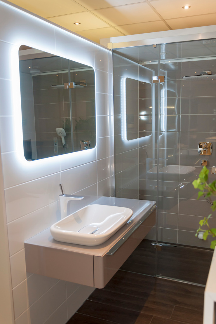 AM Badkamers – showroom: modern  door AM Badkamers, Modern