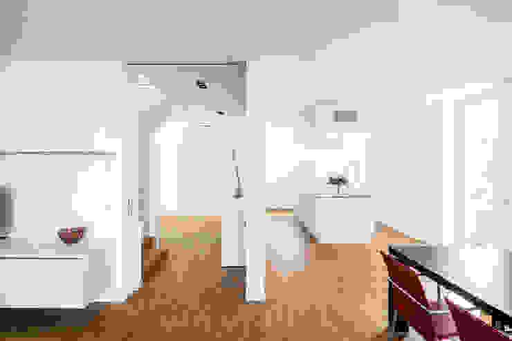 Ingresso, Corridoio & Scale in stile moderno di Corneille Uedingslohmann Architekten Moderno