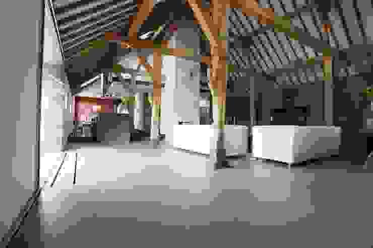 Grijze gietvloer in woonboerderij Landelijke woonkamers van Motion Gietvloeren Landelijk