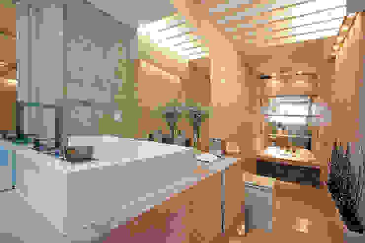 Modern Bathroom by Rolim de Moura Arquitetura e Interiores Modern