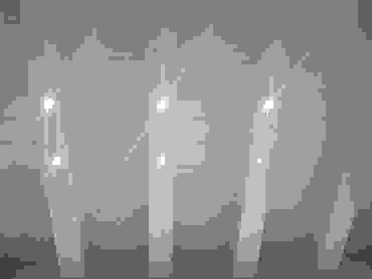 SOLAI IN LEGNO CON ILLUMINAZIONE A LED Soggiorno moderno di VENETA TETTI Moderno