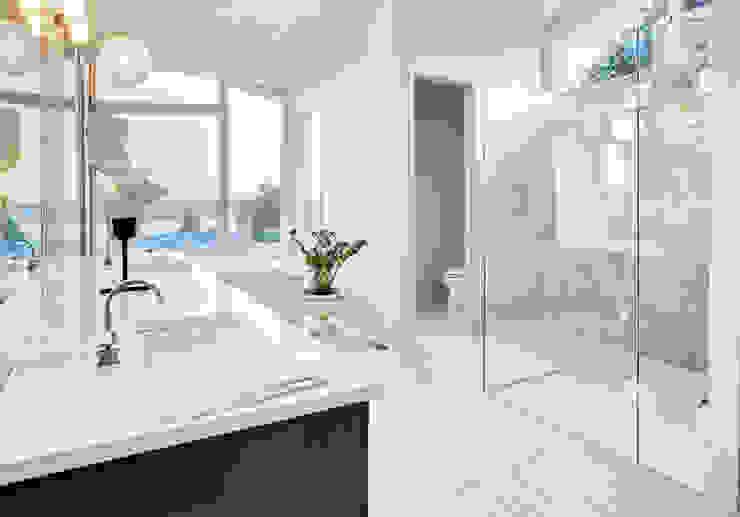 Phòng tắm phong cách hiện đại bởi Saxoboard Wellness & Duschsysteme GmbH Hiện đại