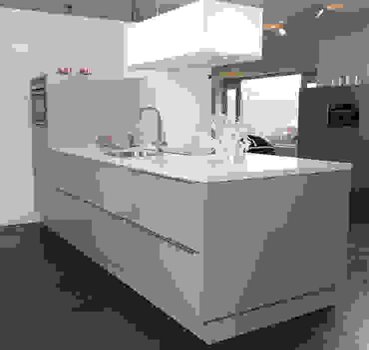 Strak schier eiland Moderne keukens van Tinnemans Keukens Modern