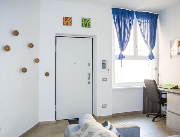 Modern corridor, hallway & stairs by Studio di architettura Miletta Modern