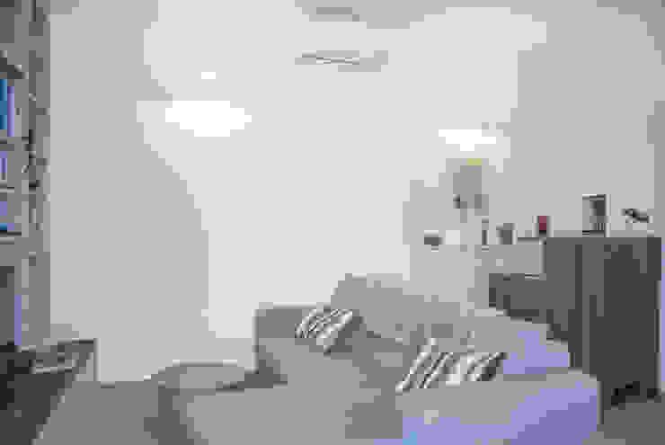 Living room by Studio di architettura Miletta