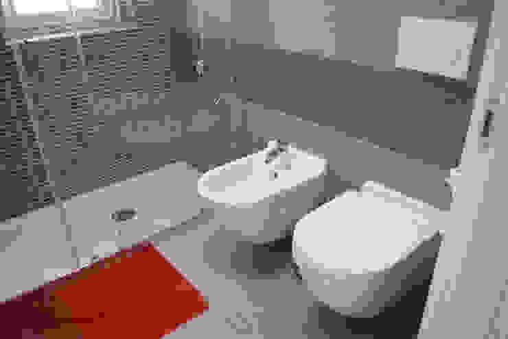 Ванная комната в стиле модерн от Studio di architettura Miletta Модерн