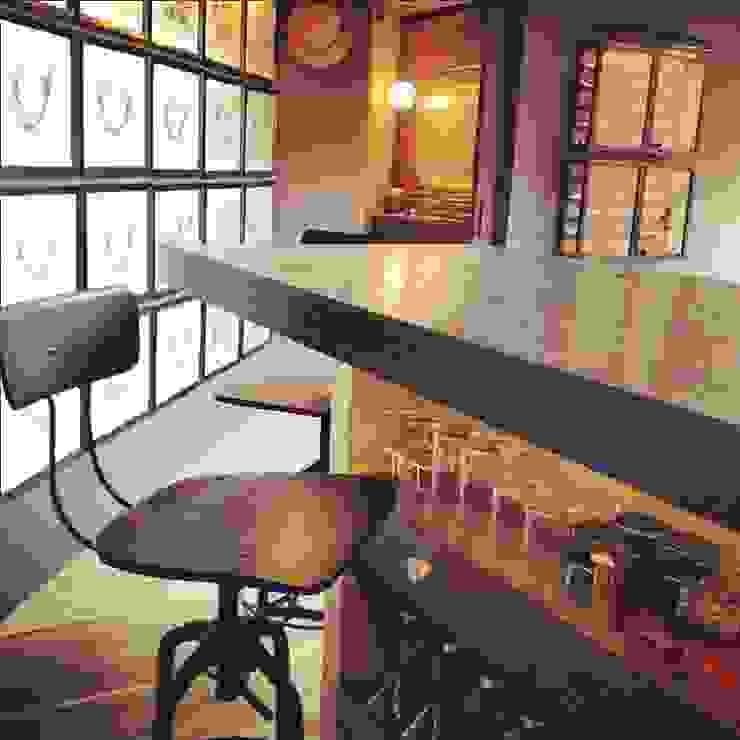 Barra de Bar Cocinas modernas de Quinto Distrito Arquitectura Moderno Madera maciza Multicolor