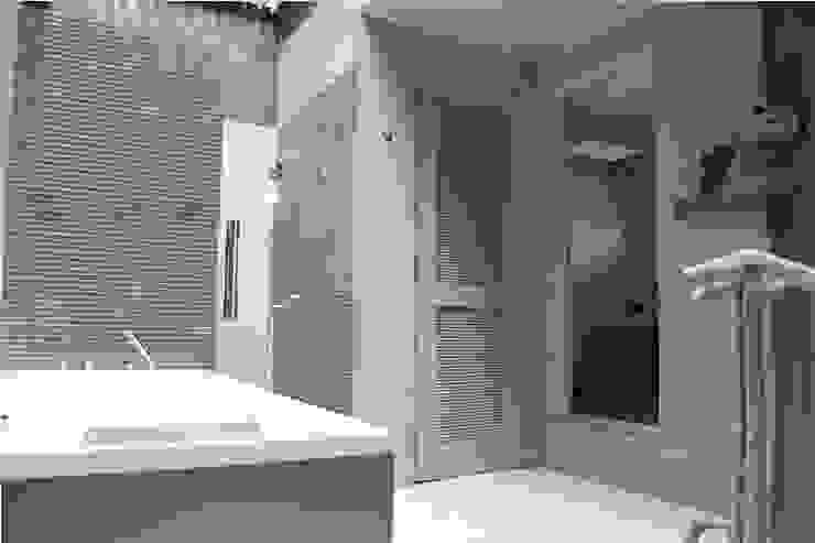 Vista general del baño Baños de estilo moderno de Quinto Distrito Arquitectura Moderno Mármol