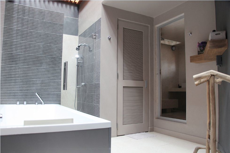 Modern bathroom by Quinto Distrito Arquitectura Modern Marble