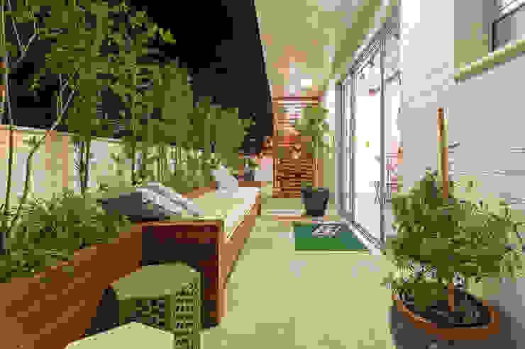 Eclectic style balcony, veranda & terrace by Amis Arquitetura e Decoração Eclectic