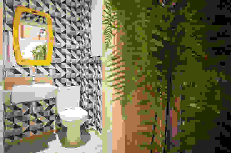 Cobertura .SC: Banheiros  por Amis Arquitetura & Design