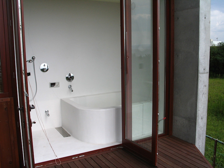 Tropical style bathrooms by 有限会社 アルケ・スナン建築研究所 Tropical