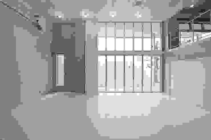 Espacios comerciales de estilo moderno de 有限会社クリエデザイン/CRÉER DESIGN Ltd. Moderno