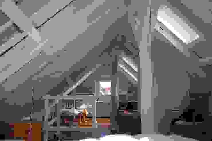 Ausgebauter Spitzboden SIMONE JÜSCHKE INNEN|ARCHITEKTUR Moderne Wohnzimmer
