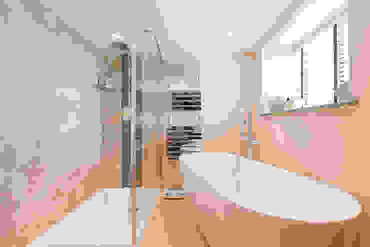 Freezeland Barn Ванная комната в стиле модерн от SDA Architecture Ltd Модерн