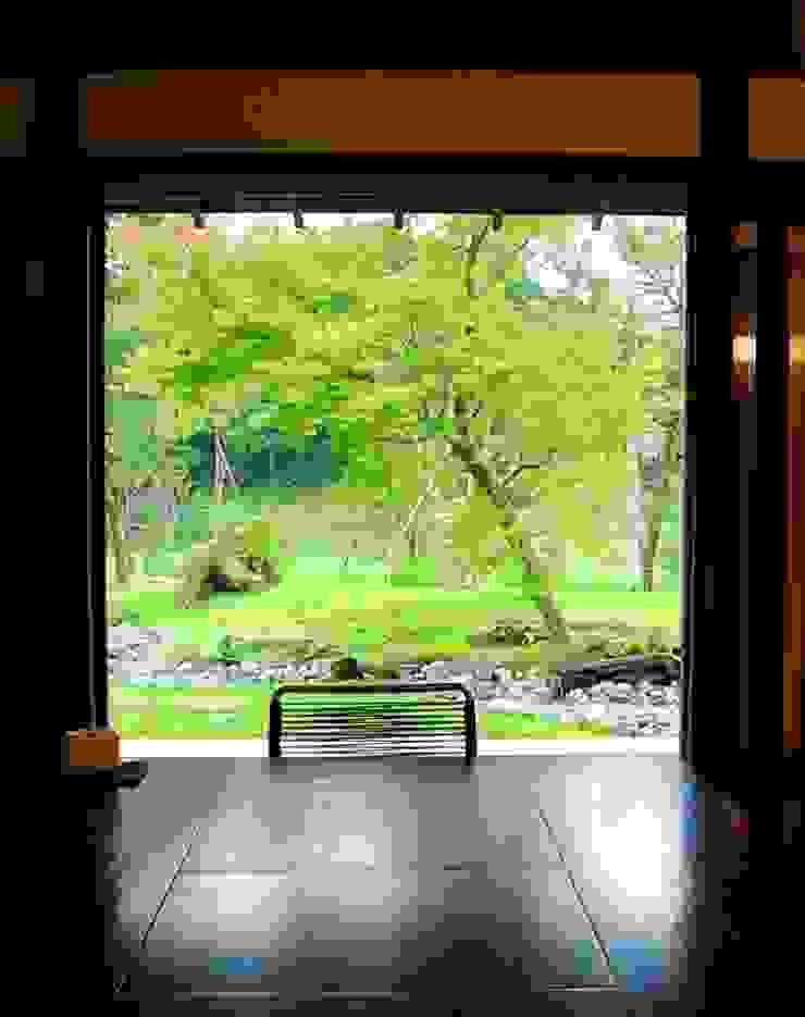 土間より庭を眺める。 オリジナルな 庭 の 木村博明 株式会社木村グリーンガーデナー オリジナル
