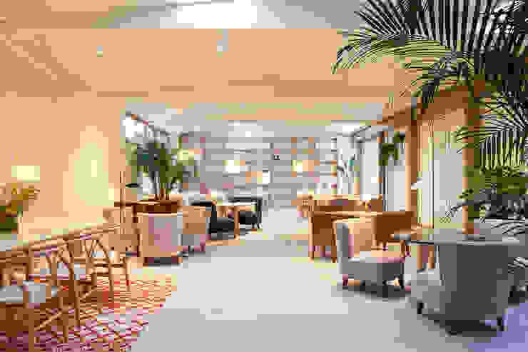 interiores con plantas en el Hotel Margot, Barcelona Salas de estilo tropical de Asilvestrada Tropical