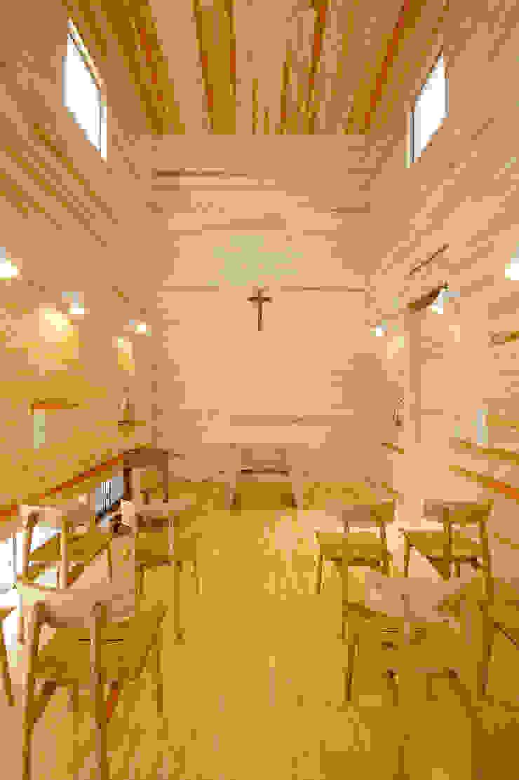 木薫る夏の教会「全開口と空窓の黙想の家」 モダンデザインの 多目的室 の M設計工房 モダン 木 木目調