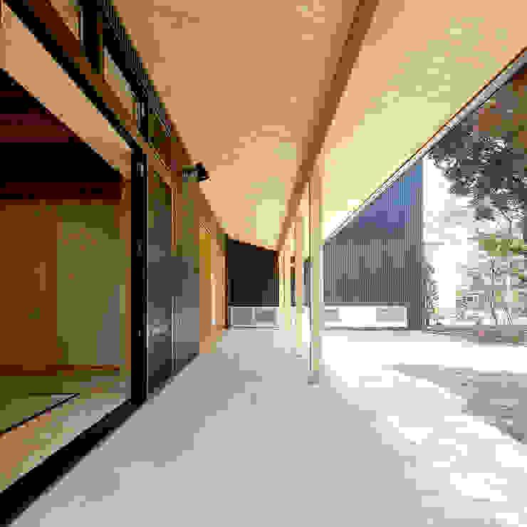 木薫る夏の教会「全開口と空窓の黙想の家」 モダンデザインの テラス の M設計工房 モダン