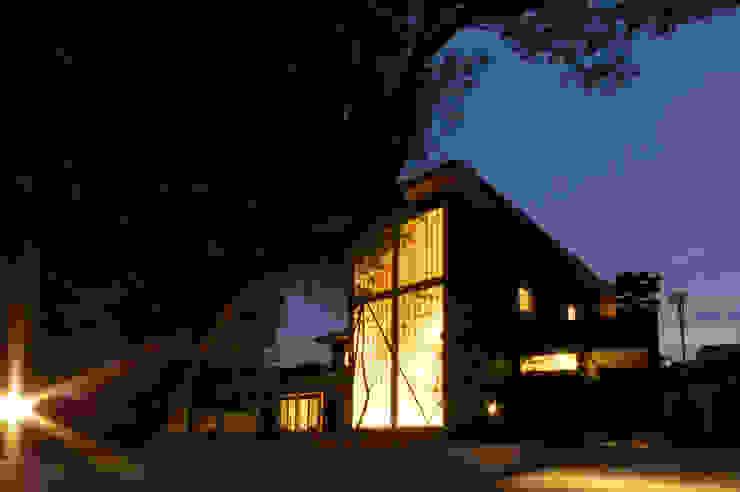 木薫る夏の教会「全開口と空窓の黙想の家」 モダンな 家 の M設計工房 モダン ガラス
