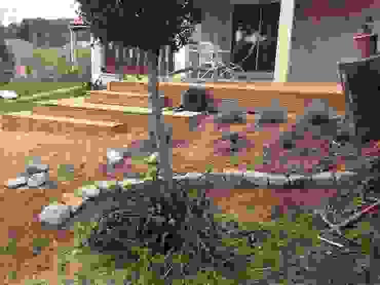 Végétalisation du talus Balcon, Veranda & Terrasse méditerranéens par In&Out Garden Méditerranéen
