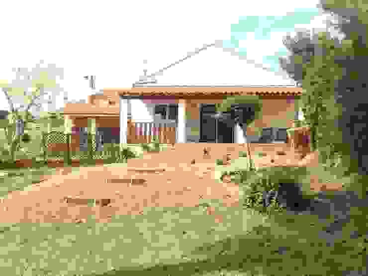 Extension terrasse + plantations et réalisation des escaliers intégrés au talus par In&Out Garden Méditerranéen