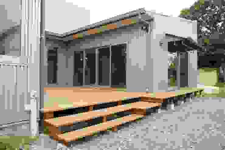 3つのテラスが自然を採り入れる、中庭が景色をつなぐ家: M設計工房が手掛けたテラス・ベランダです。,モダン 金属